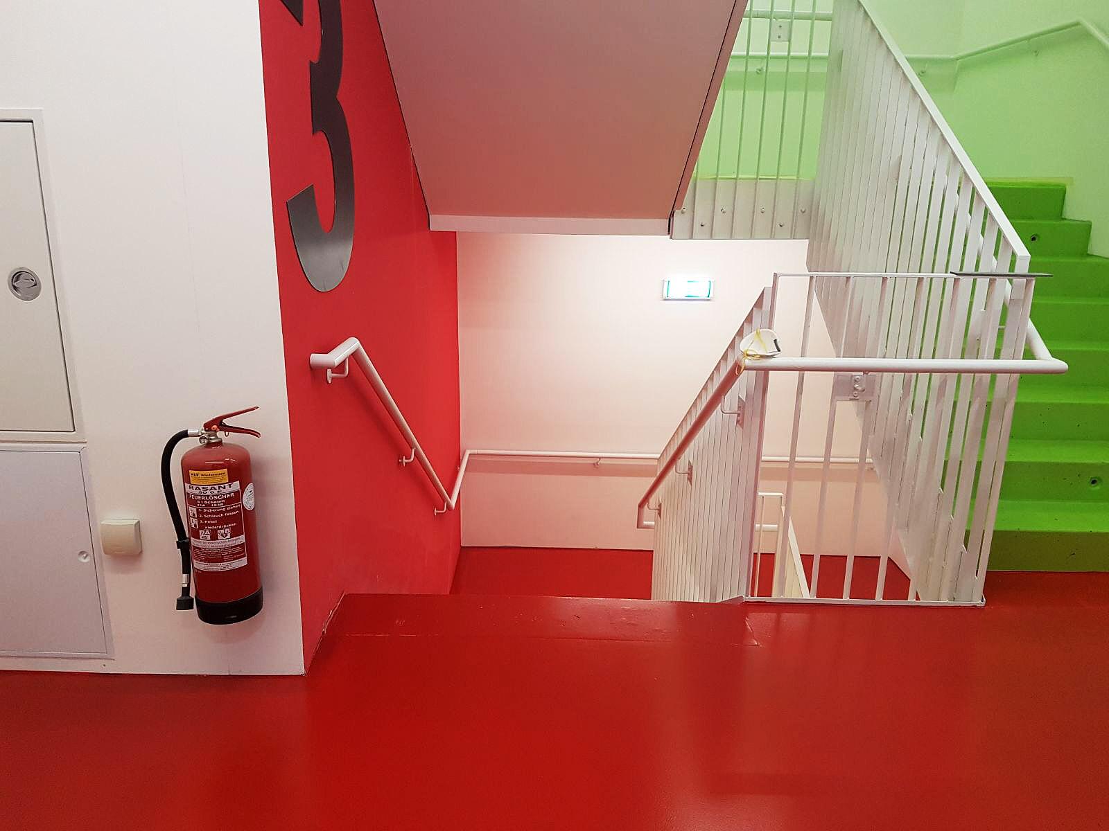 Boden Versiegelungen im Mehrparteienhaus. Bunte Farben gemäß Architektenwunsch.