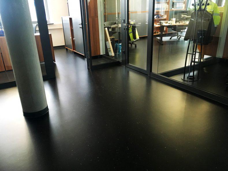 dunkle Bedenbeschichtung im Gangbereich und den Büros eines Unternehmens