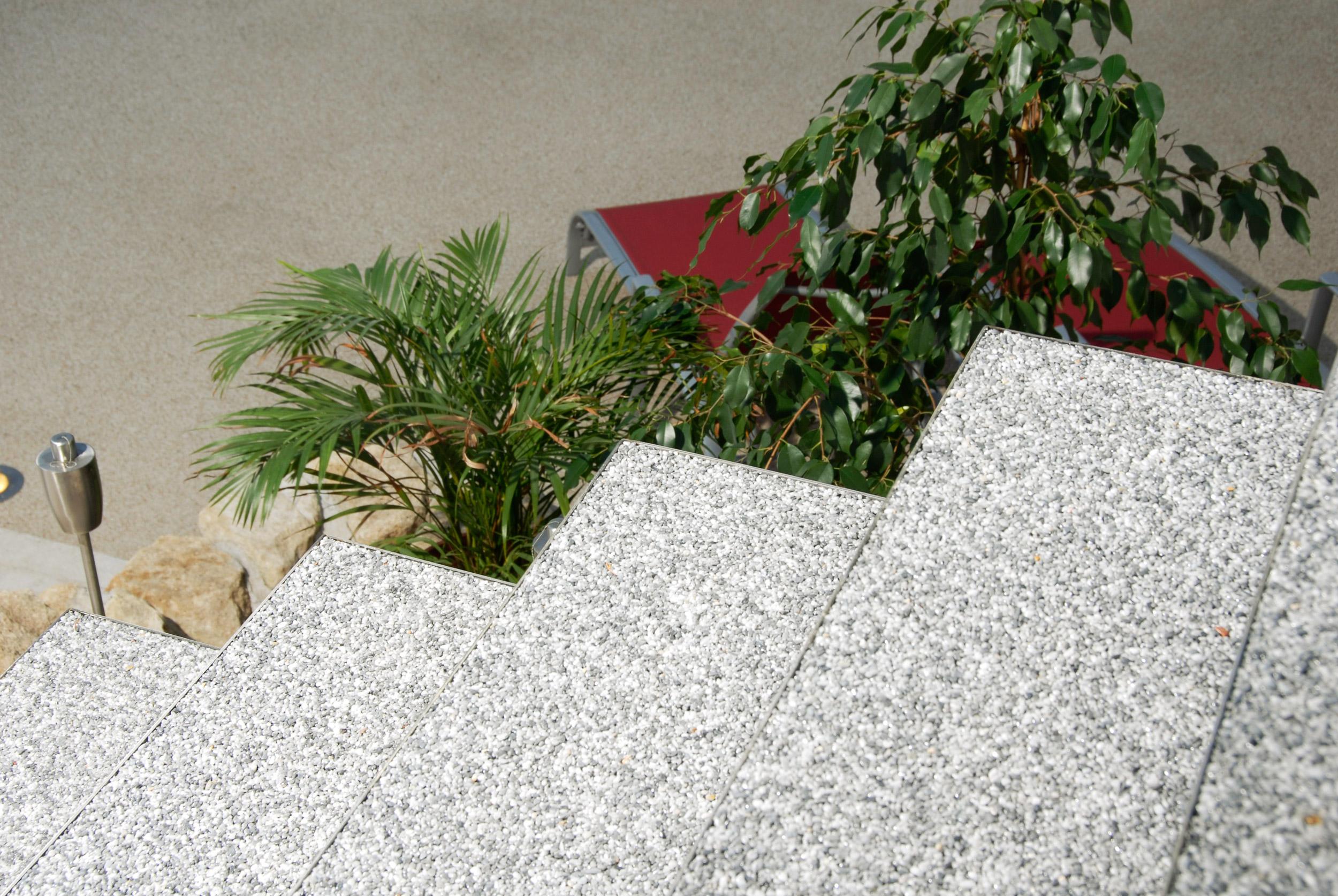 Detailaufnahme von Nirowannen als Stufen mit Natursteinteppich ausgelegt.