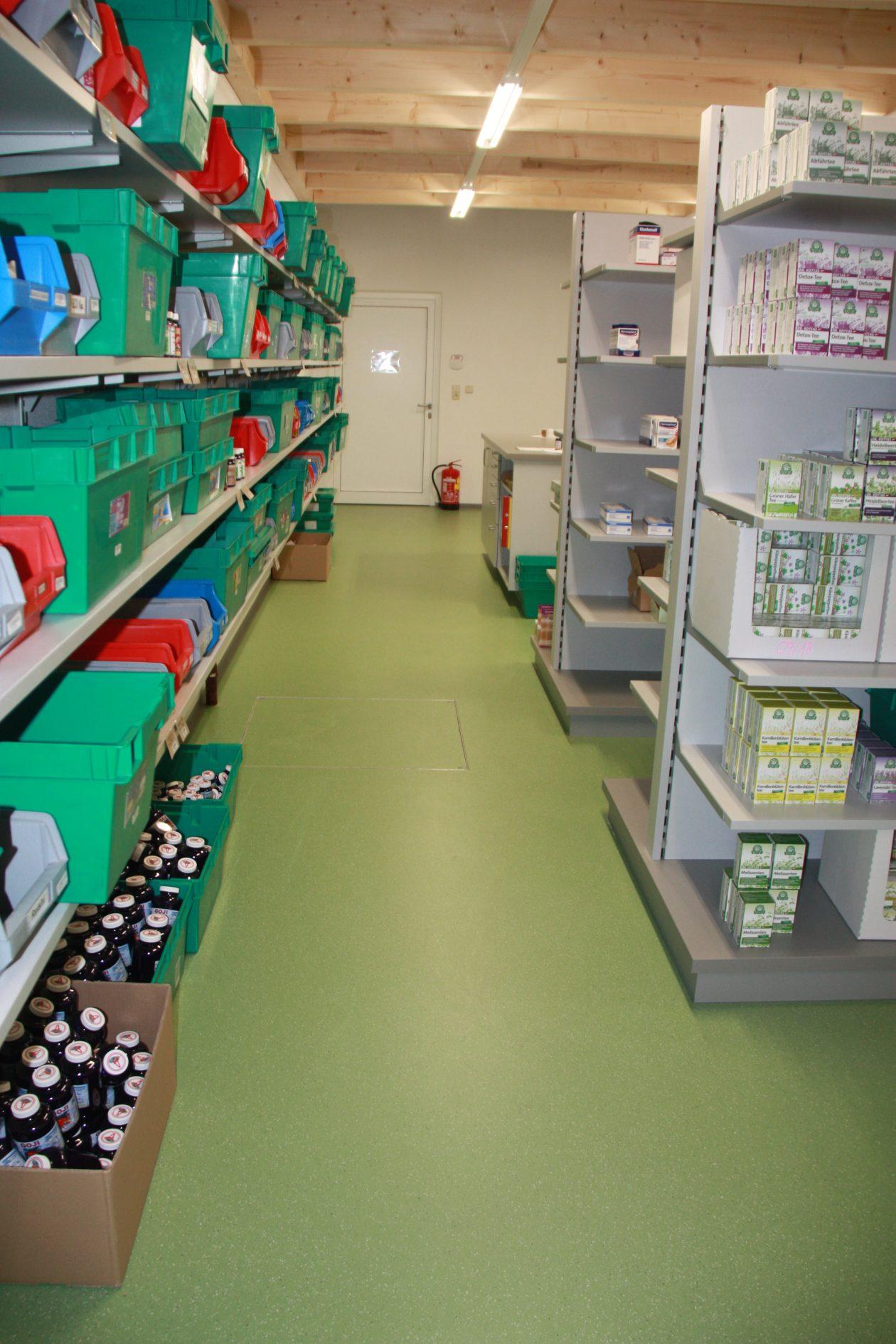 Grüne Bodenbeschichtung im Lagerbereich einer Apotheke. der Boden ist antibakteriell ausgestattet