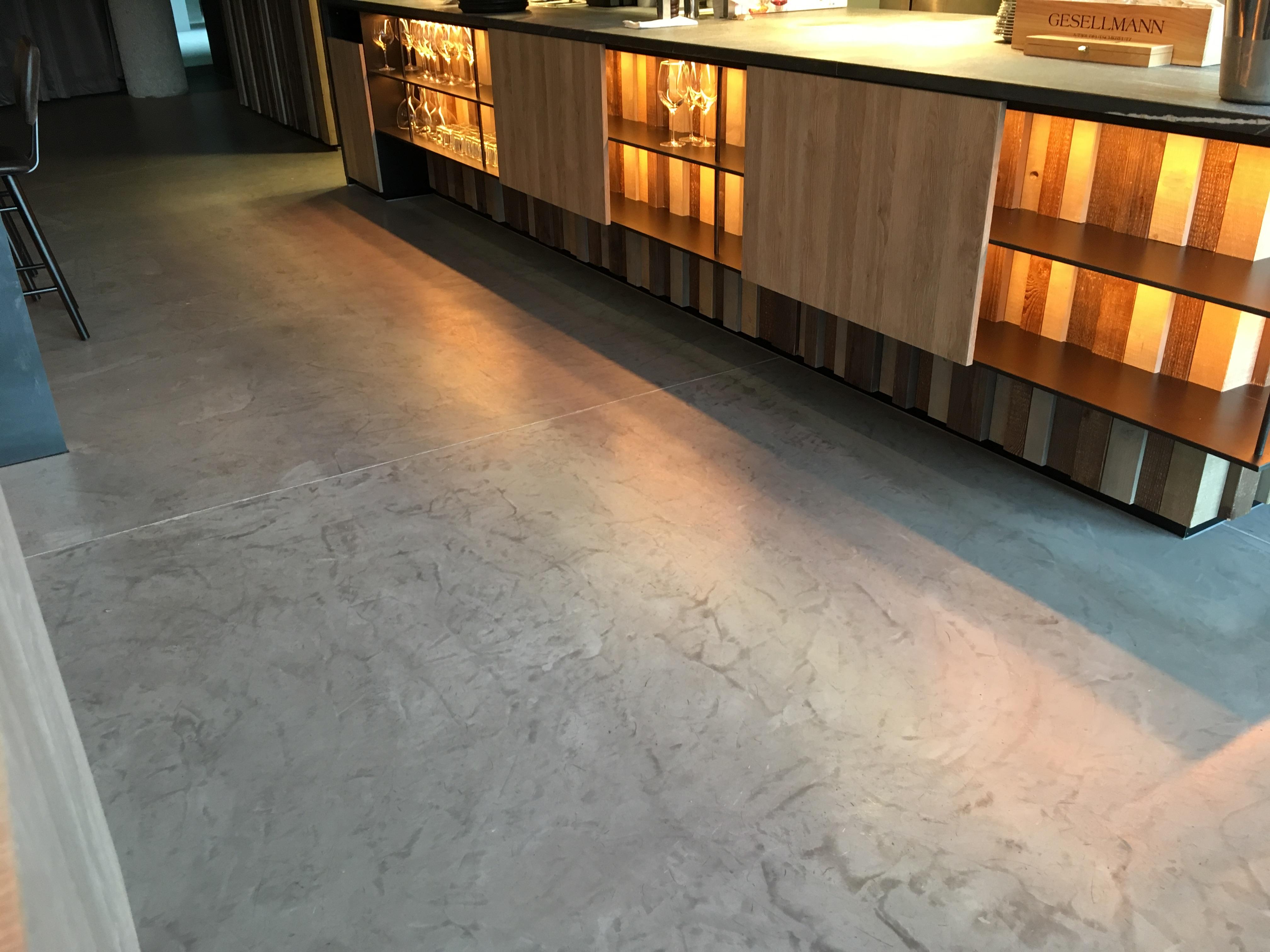 Zementäre Bodenbeschichtung in einem modernen Speiselokal.